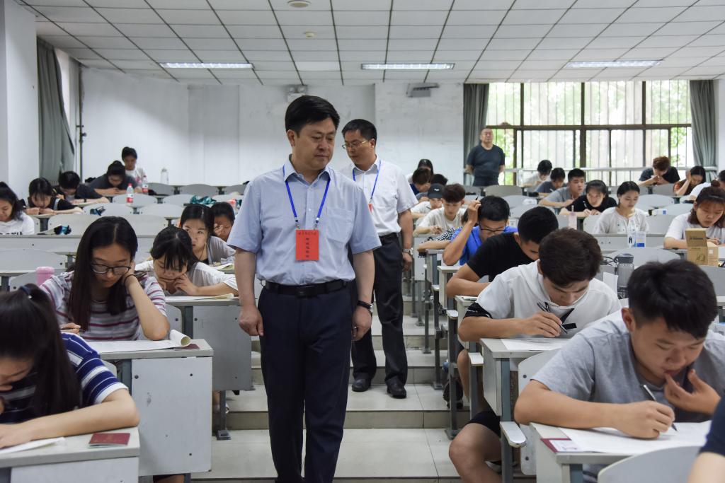 金尊娱乐场领导深入考场巡视检查期末考试工作